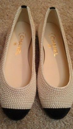 Chanel pearl embellished flats I would do terrible things to have these shoes! Fashion and Designer Style Chanel Pearls, Chanel Shoes, Coco Chanel, Chanel Dress, Cute Shoes, Me Too Shoes, Pretty Shoes, Shoe Boots, Shoes Sandals