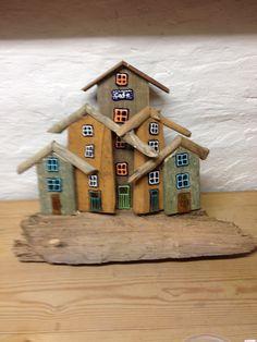 Drivtømmerhuse med glas deko. Driftwood Wall Art, Driftwood Projects, Rustic Crafts, Wooden Crafts, Small Wooden House, Pallet Art, Wood Creations, Beach Crafts, Miniature Houses