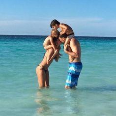 """Gisele Bündchen usa o seu Instagram para parabenizar o marido, Tom Brady, que completa 38 anos nesta segunda-feira. Em homenagem ao jogador de futebol americano, a modelo posta uma imagem na qual aparece em uma praia dando um selinho nele com os filhos nos ombros do casal. """"Feliz aniversário meu amor! Nós somos muito abençoados por tê-lo em nossas vidas. Obrigada por sempre nos dar tanto amor. Nós te amamos!"""", escreveu"""