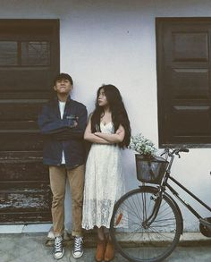 Vintage Couples, Cute Couples, Couple Photography Poses, Film Photography, Korean Couple, Ulzzang Couple, Pre Wedding Photoshoot, Couple Outfits, Couple Pictures