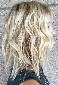 """Latest Balayage Colored Short Hair You Will Love, Balayage Hair Color Ideas for 2019 What do you want to tell? With its French definition meaning """"to sweep or paint,"""" just so when it comes to hair! Beach Blonde Hair, Beach Wave Hair, Brunette Hair, Beach Waves For Short Hair, Mid Length Hair, Shoulder Length Hair, Shoulder Cut, Medium Hair Styles, Short Hair Styles"""