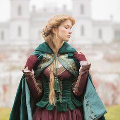 Renaissance style short cloak with hood. Shipping worldwide!
