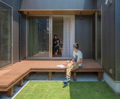 L字のウッドデッキが生み出すプライベート空間 #ルポハウス #設計事務所 #工務店 #設計士 #注文住宅 #デザイン住宅 #自由設計 #マイホーム #お家 #新築 #家づくり #間取り #施工事例 #滋賀 #おしゃれな家 #インテリア #お庭 #芝生 #ウッドデッキ Small Deck Space, Small Patio, Japan Interior, Japanese Style House, Tropical Houses, My Dream Home, Future House, Backyard, House Design
