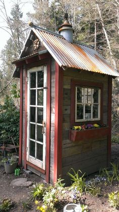 pallet shed....red accents...love it