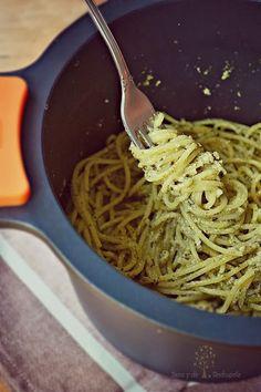 Spaghetti con pesto de espinacas, ajo y limón
