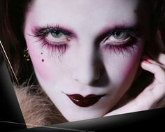 Here are two makeups inspired from our dark circus concept. Love the white skin, the bring colours and the fake eyelashes. Make Up Looks, Makeup Brands, Best Makeup Products, Cabaret, Make Up Marken, Pierrot Clown, Make Up Designs, Fantasy Make Up, Fantasy Hair