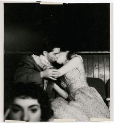 Lovers at the movies - photo by Weegee (Arthur Fellig). - Lovers at the movies - photo by Weegee (Arthur Fellig) - Vintage Kiss, Photo Vintage, Vintage Romance, Vintage Love, Vintage Couples, Vintage Black, Vintage Ladies, Weegee Photography, Vintage Photography