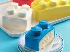easy kids birthday cakes - rectangular cake and then cupcakes on top.