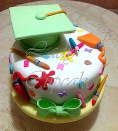 Torta de Graduación Graduation Cake Designs, College Graduation Cakes, Graduation Cupcakes, Preschool Graduation, Bow Cakes, Cupcake Cakes, Friendship Cake, Artist Cake, School Cake