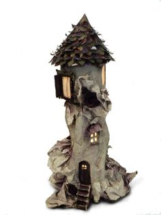 Cool idea to build a minature house with paper mâché.