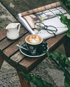 An outdoor afternoon coffee break ☕️ Coffee Geek, Coffee Blog, Coffee Is Life, Coffee Cafe, Coffee Shops, But First Coffee, Best Coffee, Momento Cafe, Art Cafe