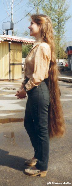 Old photo but Sooo pretty! knee length hair!