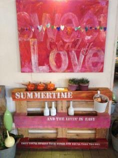 "Regal aus Europalette mit Bild dekoriert ""Summertime and the livin' is easy..."" https://www.facebook.com/AtelierTatOrt?fref=ts"