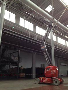 Einsatz in der Nachbarschaft, MMC Filmstudios in Köln Ossendorf, mit einer Elektro Gelenk-Arbeitsbühne - Arbeitshöhe: 17 Meter. Die Gelenk-Arbeitsbühnen haben bei eingeklappten Korbarm eine Höhe von unter 2 Meter, so dass Sie mühelos und leicht in jedes Industriegebäude hineinfahren können. Wenn Sie auf sehr beengten und vollgestellten Raumverhältnissen (Lager, Produktionsstandort, Fußgängerzone usw.) arbeiten müssen, ist diese Baureihe ideal für Sie.