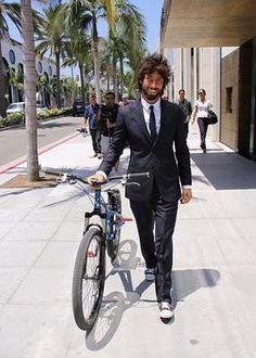 Vittorio Brumotti è nato a Finale Ligure nel 1980, è campione di bike trial e detentore di alcuni record mondiali riconosciuti dal Guinness dei Primati. È noto al grande pubblico per essere un inviato di Striscia la Notizia.
