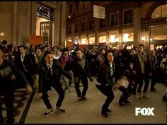 this was awesome! put a smile on my face. this is something i wanna do...:)Glee - Glee - il flashmob