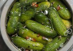 Augurken- Zelfgemaakte augurkjes zijn een delicatesse, vele malen rijker van smaak dan hun via azijn verzuurde broertjes uit een potje. Ga naar een goede groenteboer en koop daar kleine komkommers, het liefst van die wat pokdalige augurk-komkommertjes. De voorbereiding voor deze overheerlijke augurken kost ongeveer 1 uur van je tijd. Na 2 weken fermenteren kun je er van smullen! Dutch Recipes, Asian Recipes, Canning Pickles, Fermented Foods, Canning Recipes, Fruits And Veggies, Diy Food, Chutney, Good Food