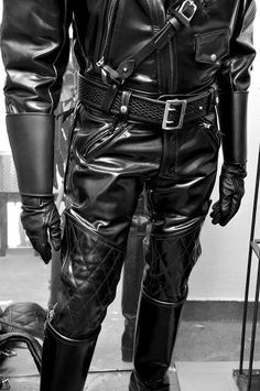 Padded Columbia jacket with Plain Finish Sam Browne Belt and Lined Basketweave belt, teamed up with Competition breeches - Langlitz Leathers. Biker Leather, Leather Trousers, Leather Gloves, Leather Men, Black Leather, Leather Jacket, Jacket Men, Gauntlet Gloves, Columbia Jacket