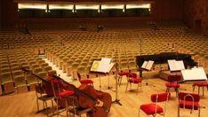 """Incepând cu 30 octombrie 2009, Orchestrele şi Corurile Radio au plăcerea să vă invite la concertele stagiunii 2009-2010 într-un spaţiu reînnoit, adecvat nivelului artistic al celor şapte ansambluri muzicale ce îşi desfasoară activitatea aici: Orchestra Naţionala Radio, Orchestra de Cameră Radio, Corul Radio, Corul de Copii Radio, Big Band-ul Radio, Orchestra de Muzică Populara Radio şi Cvartetul """"Voces""""."""