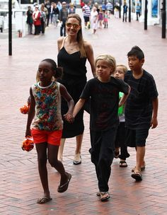 Angelina Jolie: Με τα παιδιά στην Αυστραλία   Jenny.gr