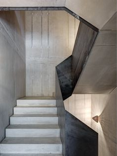 Eccentric lighting the complements the modern concrete staircase design Concrete Staircase, Stair Handrail, Staircase Design, Staircase Ideas, Entryway Stairs, House Stairs, Architecture Details, Interior Architecture, Villa Del Carbon