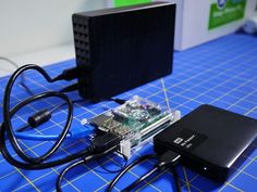 A NAS solution can cost several hundred dollars. If you have an unused Raspberry Pi and a few hard drives lying around, you can make one yourself without spending a dime. Computer Diy, Computer Projects, Micro Computer, Arduino Projects, Computer Basics, Raspberry Pi Os, Raspberry Pi Computer, Diy Electronics, Electronics Projects