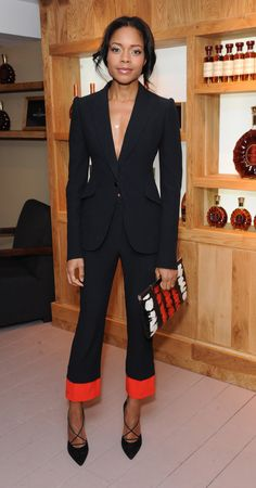 Naomie Harris attends the launch of La Maison Rémy Martin members club in London, England in Alexander McQueen ensemble paired with Bionda Castana 'Alexandra' pumps, Bee Goddess jewelry, and an Alexander McQueen clutch. All Black Fashion, Star Fashion, Classic Fashion, Alexander Mcqueen Shoes, Vogue, Red Clutch, Zendaya Coleman, Hollywood, Glamour