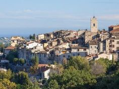 Vence combines the charm of a historic city with the sweetness of an exceptional microclimate.