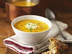 Cremige Butternut-Kürbissuppe - smarter - Zeit: 20 Min.   eatsmarter.de Da nehmen wir doch direkt noch eine weitere Schüssel dieser leckeren Suppe mit Butternut Kürbis.