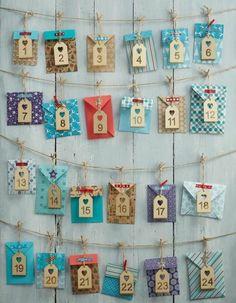 petites enveloppes multicolores qui contiennet des petites cartes de noel, calendrier de l avent à fabriquer, suggestion sympa