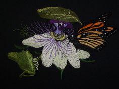 mariposa monarca bordada a mano, sobre lino negro,lo borde yo.