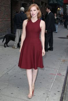 Jessica Chastain Day Dress - Jessica Chastain arrived for her 'Late Show with Stephen Colbert' appearance wearing a sleeveless burgundy dress, which looked gorgeous against her alabaster skin. Red Hair Inspiration, Celebrity Style Inspiration, Jessica Chastain, Alabaster Skin, Queen Hair, Burgundy Dress, Looking Gorgeous, Simple Outfits, Beautiful Actresses