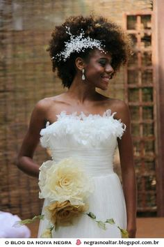 Simple yet gorgeous hairstyle. Loving how the hair accessory matches the dress.