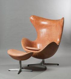 Arne JACOBSEN (1902-1971) Egg chair avec repose pied, modèle crée en 1957. Edition Fritz Hansen des années 1970. Grand fauteuil pivotant de forme enveloppante formée d'une coquille en fibre de verre moulée… - Delorme & Collin du Bocage - 11/03/2015