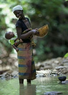 bond between mother and child - Africa Portrait Fotografie Inspiration, African Culture, African Beauty, Happy Baby, World Cultures, Mothers Love, Mother And Child, People Around The World, Baby Wearing