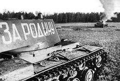 Heavy russian tank KV-1 and destroyed german medium tank PzKpfw III / Radziecki czołg ciężki KW-1 i zniszczony niemiecki czołg średni PzKpfw III