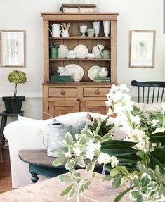 In America un bel cottage stile farmhouse Country Farmhouse Decor, Farmhouse Style Decorating, Interior Decorating, Interior Design, Hutch Decorating, Wabi Sabi, Shabby, Pine Furniture, Cottage Interiors