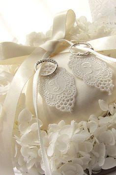 【イニシャルのリングピロー】お二人のイニシャルを入れたスペシャルなリングピロー。 Ring pillow, initial http://www.fleuriste-glycine.jp/