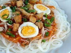 Pancit Palabok Simple Recipe: 1 pack rice noodles. . . Sauce: 2 tbsp cooking oil, 1/2 pounds ground pork, 3 cups pork broth, 1 shrimp cube, 1 tbsp annatto powder, 6 tbsp all purpose flour, 2 tbsp fish sauce, black pepper to taste. . . Toppings: 1/2 cup boiled pork (sliced thinly), 1 cup boiled shrimp, 1 egg (hard boiled and sliced), 1 cup pounded chicharon, 1/4 cup scallions (finely chopped)