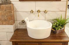 Country koupelna. Dřevo, dřevěný nábytek a pálená cihla jsou základem venkovského country stylu, umyvadlo ve tvaru džberu. Sink, Bathroom, Country, Home Decor, Sink Tops, Washroom, Vessel Sink, Decoration Home, Rural Area