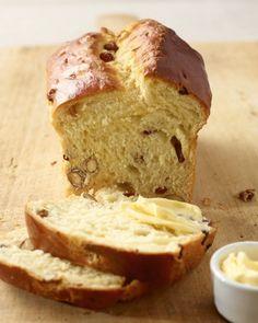 Studenten-Stuten: Der Stuten schmeckt am besten lauwarm und dick mit Butter bestrichen. Mit Marmelade oder Honig ist er auch eine Wucht.