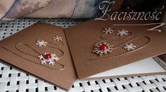 Ręcznie robione kartki świąteczne z tekturowymi śnieżynkami i czerwonymi ćwiekami