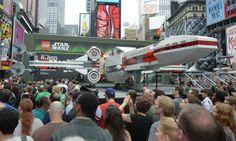 """Un X-Wing à Time Square  ÉTATS-UNIS, New York. La compagnie danoise Lego a installé sur Times Square une copie grandeur nature du célèbre chasseur X-Wing des films """" Star Wars """", le 23 mai 2013. C'est le plus grand modèle jamais réalisé avec les célèbres petites briques multicolores. AFP"""