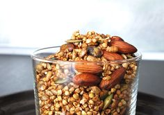 Granola met boekweit, noten en pitten. Sesamzaad weglaten en zonnebloemolie vervangen door kokosolie. Ook lekker met wat kurkuma, gember en snufje zout, kan ook zonder siroop - potaatoo