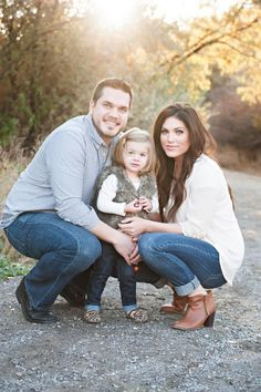 Cute family of 3 pic Family Picture Poses, Family Photo Sessions, Family Posing, Fall Family Portraits, Fall Family Photos, Casual Family Photos, Family Pictures What To Wear, Family Of 3, Fall Photos