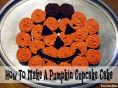 How to Make a Pumpkin Cupcake Cake for Halloween Need an idea for a fun and easy Halloween dessert to serve at a party or school function? This pull-apart pumpkin cupcake cake is super cute and very easy to make! Halloween Baking, Fete Halloween, Halloween Goodies, Halloween Desserts, Halloween Cupcakes, Halloween Treats, Easy Halloween Cakes, Halloween Birthday Cakes, Halloween Dance