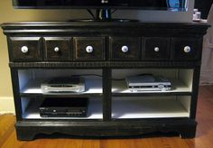 Use a dresser as a tv stand. Take out the drawers to use as a shelf for your electronics. You can decorate it however you want. Diy Dresser Makeover, Furniture Makeover, Diy Furniture, Repurposed Furniture, Dresser Tv Stand, Diy Tv Stand, Pinterest Home, Old Dressers, Tv Stands