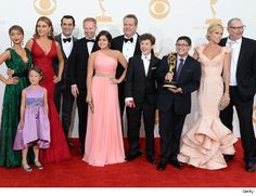 "Sofia Vergara Sings Christmas Carols to ""Modern Family"" Co-Stars!"