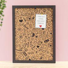 Kork Pinnwand mit süßen Love Doodle Druck. Die bedruckte Pinnwand eignet sich super als praktisches Geschenk für die bessere Hälfte. Die Pinnwand macht überall einen guten Eindruck. Am Schreibtisch sorgt sie für ein wenig Ordnung und gepinnte Ziele bleiben immer im Blickfeld. In der Küche finden Einkaufslisten und kleine Notizen einen schönen Ort zum Verweilen. Love Doodles, Diy Cork Board, Cork Boards, Better Half, Practical Gifts, Scribble, Cute Love, Valentines, Frame