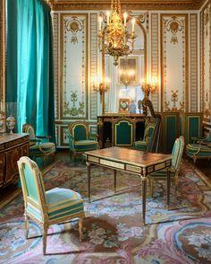 love this carpet and colors in it! Salon de Marie Antoinette / Versailles